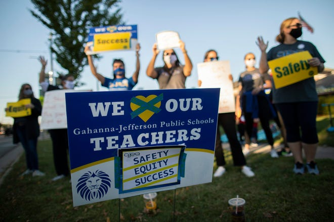 A bill in the Florida Senate would require an extra step in obtaining consent of a public union member before dues are deducted from a paycheck. That would be in addition to a current process of union bargaining agents submitting written requests to begin deductions.