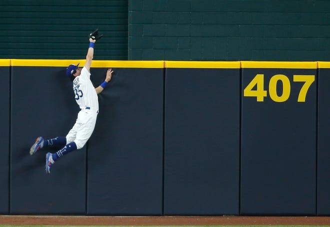 Padres-Dodgers, Juego 2: El jardinero central de los Dodgers Cody Bellinger salta a la pared y roba un jonrón del campo corto de los Padres Fernando Tatis Jr. en la séptima entrada.