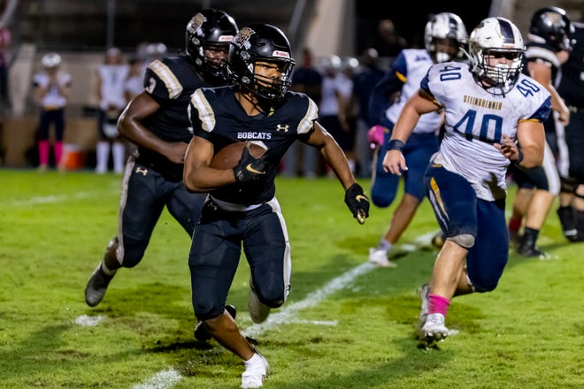 Buchholz Bobcats receiver Jacarree Kelly (9) runs with the ball against the Steinbrenner Warriors.