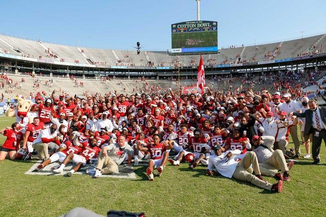 Los jugadores de Oklahoma posan para una foto del equipo después de derrotar a Texas en el Red River Showdown en Cotton Bowl.