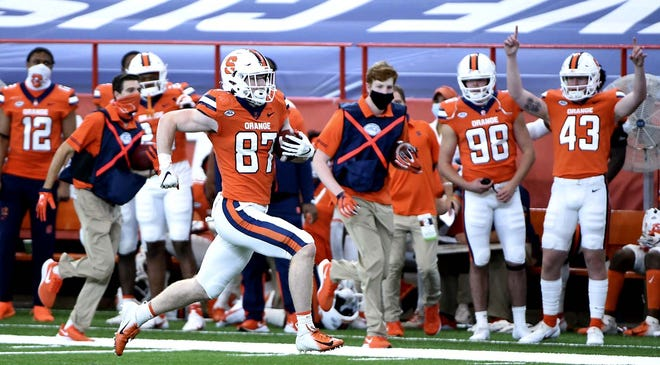 Syracuse tight end Luke Benson runs for a second-half touchdown against Duke during Saturday's game at the Carrier Dome in Syracuse, New York. [DENNIS NETT / THE POST-STANDARD VIA AP]