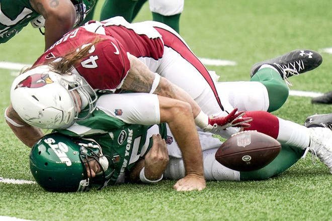 New York Jets quarterback Joe Flacco is sacked by Arizona Cardinals linebacker Dennis Gardeck during the first half of Sunday's game in East Rutherford, New Jersey. [SETH WENIG / AP]