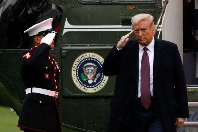 U.S. President Donald Trump salutes from the steps of Marine One helicopter on the South Lawn of the White House upon his return to Washington from Bedminster, New Jersey on Oct. 1, 2020. (Yuri Gripas/Abaca Press/TNS)