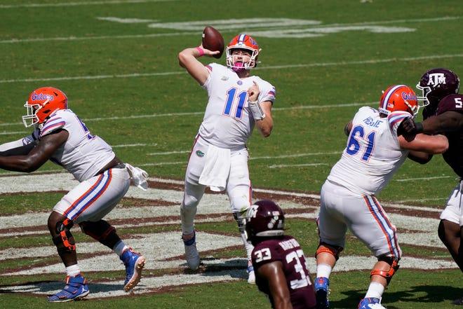 El mariscal de campo de los Gators, Kyle Trask (11), lanza un pase de touchdown durante el tercer trimestre Texas A&M en Kyle Field en College Station, Texas.