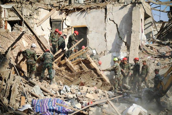 Rescatistas trabajan en una zona dañada en Ganja, Azerbaijan.
