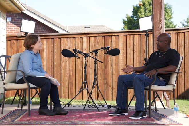 Madeleine Baran, presentadora y reportera principal del podcast In the Dark de American Public Media, se sienta para una entrevista con Curtis Flowers el viernes 2 de octubre de 2020.