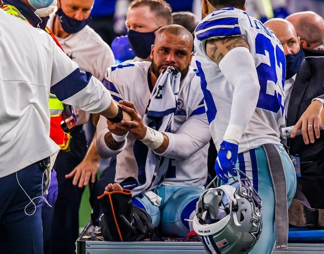El mariscal de campo de los Dallas Cowboys, Dak Prescott (4), es sacado del campo luego de sufrir una grave lesión en la pierna derecha durante un juego de fútbol americano de la NFL contra los New York Giants, el domingo 11 de octubre de 2020 en Arlington, Texas.  Dallas ganó 37-34.  (Foto AP / Brandon Wade)