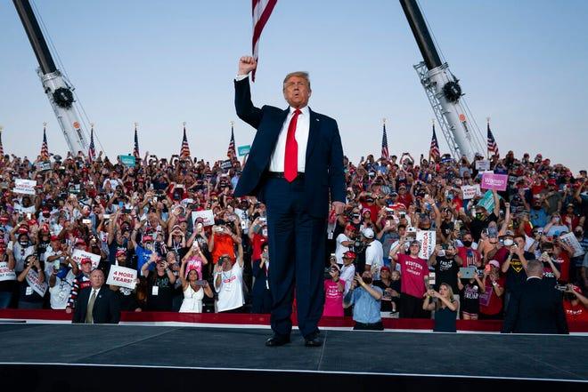 El presidente Donald Trump llega para un mitin de campaña en Orlando Sanford International Airport el lunes, 12 de octubre de 2020.