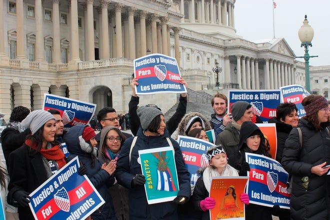 """Un centenar de """"""""soñadores"""""""" sostienen pancartas pidiendo """"""""Justicia y dignidad para los inmigrantes"""""""" durante un evento organizado por la Liga de Ciudadanos Latinoamericanos Unidos (LULAC), el miércoles 17 de enero de 2018, enfrente del Capitolio en Washington, DC (EE.UU.)."""