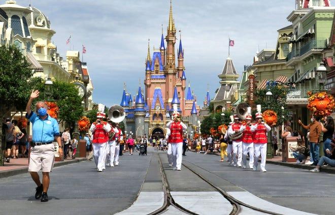 Marching band Main Street Philharmonic tampil di Magic Kingdom pada 30 September. Hari itu, Walt Disney Co. mengumumkan bahwa mereka merumahkan 28.000 karyawan di AS karena penurunan pengunjung ke taman dan resor mereka yang disebabkan oleh pandemi virus corona.