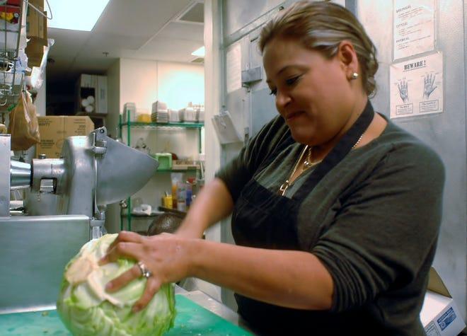 La inmigrante y empresaria mexicana Betty Rivas trabaja en su restaurante Sammy's, en Tucson, Arizona.