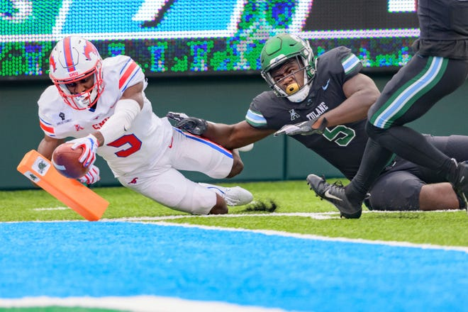 SMU wide receiver Danny Gray, left, scores a touchdown in the first half against Tulane defensive end Cameron Sample, right, during a game in New Orleans on Friday.