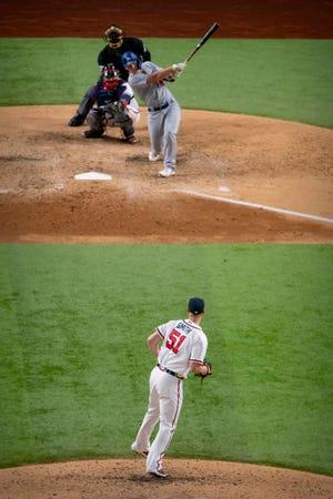 El receptor de los Dodgers, Will Smith, conecta un jonrón de tres carreras ante el relevista de los Bravos Will Smith en la sexta entrada.