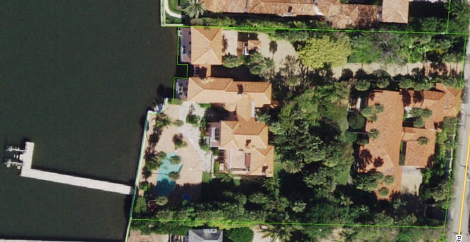 The lakefront estate at 800 S. County Road in Palm Beach is outlined in green.
