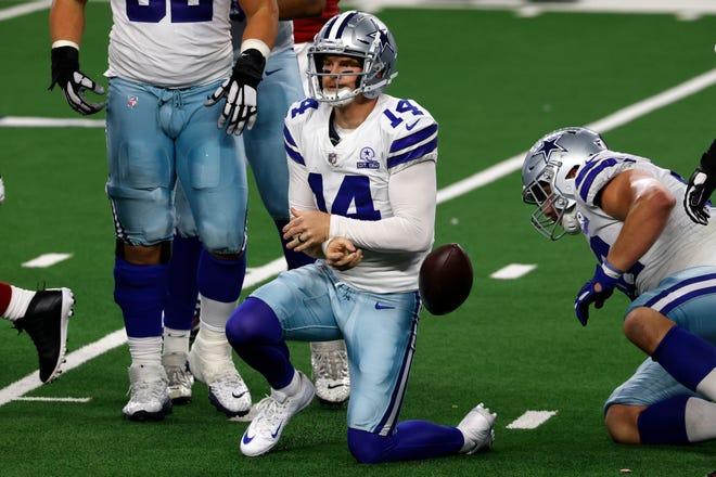 El mariscal de campo de los Dallas Cowboys Andy Dalton (14) se levanta del campo luego de ser capturado en la primera mitad de un juego de fútbol americano de la NFL contra los Arizona Cardinals en Arlington, Texas, el lunes 19 de octubre de 2020.