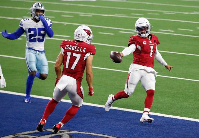 El mariscal de campo de los Arizona Cardinals Kyler Murray (1) corre para un touchdown contra el profundo libre de los Dallas Cowboys Xavier Woods (25) mientras el receptor Andy Isabella (17) mira en el tercer cuarto en el AT&T Stadium.
