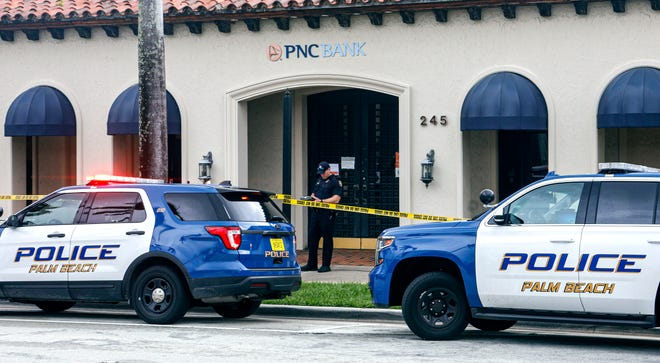 Palm Beach Police officers investigate an attempted robbery at the PNC Bank on Royal Poinciana Way on Thursday. A suspect was arrested quickly after police officers were called.