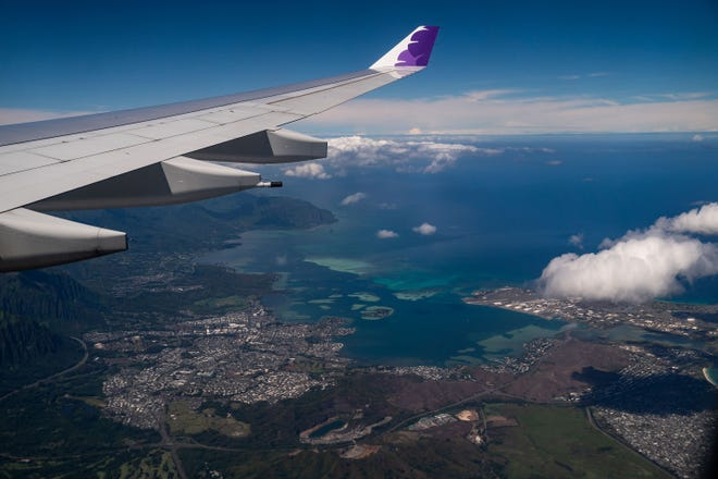Pemandangan sisi angin Oahu, dari atas penerbangan Hawaiian Airlines dari Bandara Internasional Los Angeles menuju Bandara Internasional Honolulu, pada Kamis, 15 Oktober 2020.