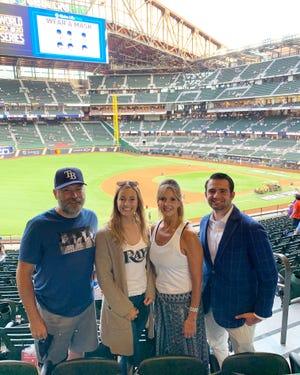 Padre, hermana, madre y agente de Nick Anderson en Globe Life Field para la Serie Mundial.