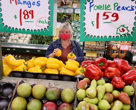 Eva Rosol shops for her groceries at Nature's Best in Westmont, Illinois on Oct. 21, 2020. (Antonio Perez/Chicago Tribune/TNS)