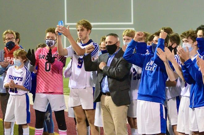 El equipo de fútbol masculino de St. Clair celebra su victoria en el campeonato de distrito de la División 2 el jueves 22 de octubre de 2020 en Lake Shore.