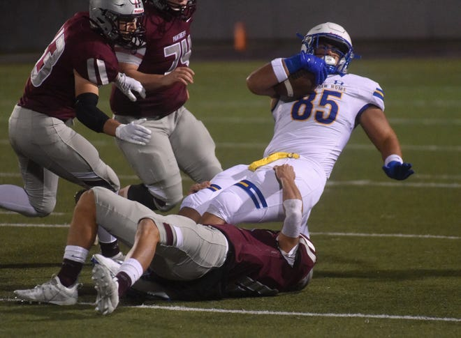 Mountain Home's Dawson Tabor (85) makes a first-down catch against Siloam Springs on Friday night.