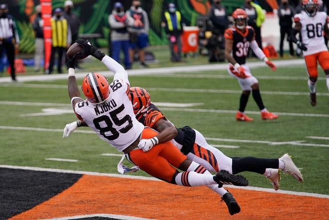 Cleveland Browns' David Njoku (85) makes a touchdown reception against Cincinnati Bengals' Vonn Bell during the second half of an NFL football game, Sunday, Oct. 25, 2020, in Cincinnati. (AP Photo/Bryan Woolston)