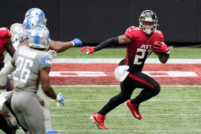 Ястребы проигрывают Тодду Герли (21) против Львов в первой половине в воскресенье, 25 октября 2020 года, в Атланте.