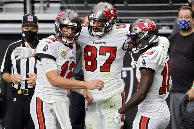 tom brady tampa bay buccaneers show off in rout of raiders tom brady tampa bay buccaneers show