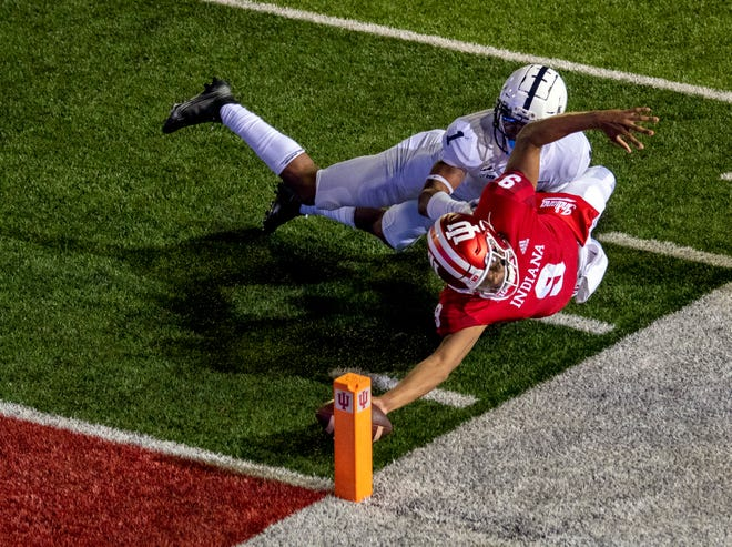 El mariscal de campo de Indiana Michael Penix Jr. se lanza con el balón para anotar una conversión de dos puntos en tiempo extra para derrotar al No. 7 Penn State en el Memorial Stadium.