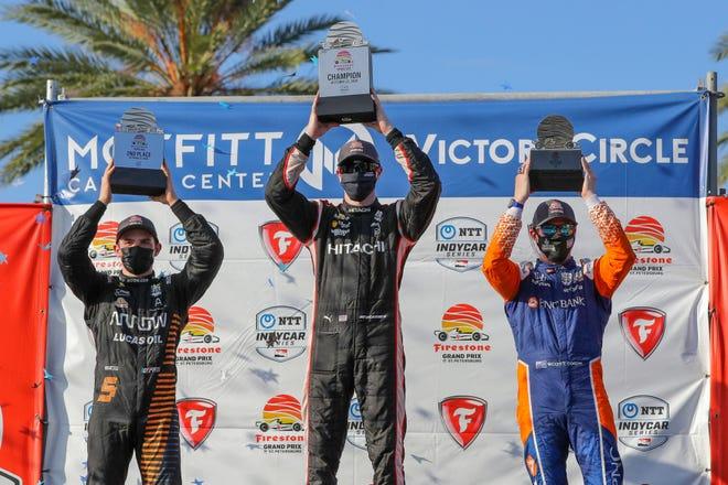 Josef Newgarden, en el centro, celebra su victoria en el Gran Premio de San Petersburgo con el segundo clasificado, Pato O'Ward, a la izquierda, y el tercero, Scott Dixon, detrás.  El final de Dixon le permitió capturar su sexto campeonato de IndyCar.