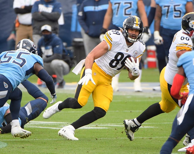 Pittsburgh Steelers tight end Vance McDonald (89) runs the ball against the Tennessee Titans during the first half at Nissan Stadium earlier this year. McDonald tested positive for COVID-19, forcing several other Steelers - including QB Ben Roethlisberger - into quarantine.