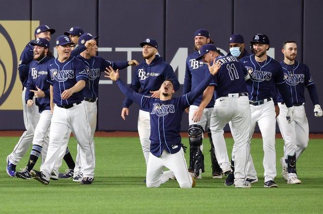 Los Rays celebran su victoria en la salida contra los Dodgers.
