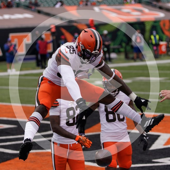 Cleveland Browns' David Njoku (85) and quarterback Baker Mayfield (6) celebrate a touchdown reception by Njoku during the second half of an NFL football game against the Cincinnati Bengals, Sunday, Oct. 25, 2020, in Cincinnati. (AP Photo/Bryan Woolston)