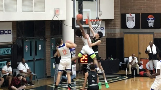 Oct. 25, 2020; Top high school boys basketball recruit Chet Holmgren of Grassroots Sizzle contests an alley-oop dunk attempt by fellow top recruit Mikey Williams of Lake Norman Christian Storm (N.C.) in their Top Flight Division game at Highland High School in Gilbert, Ariz.