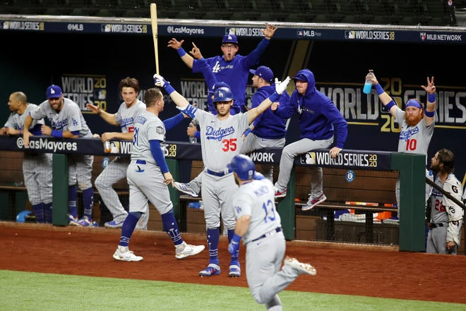 Cody Bellinger and the Dodgers celebrate Max Muncy's home run in the fifth inning.