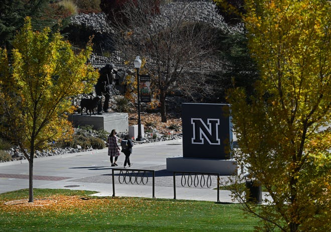 Students walk througth the UNR campus on Oct. 26, 2020