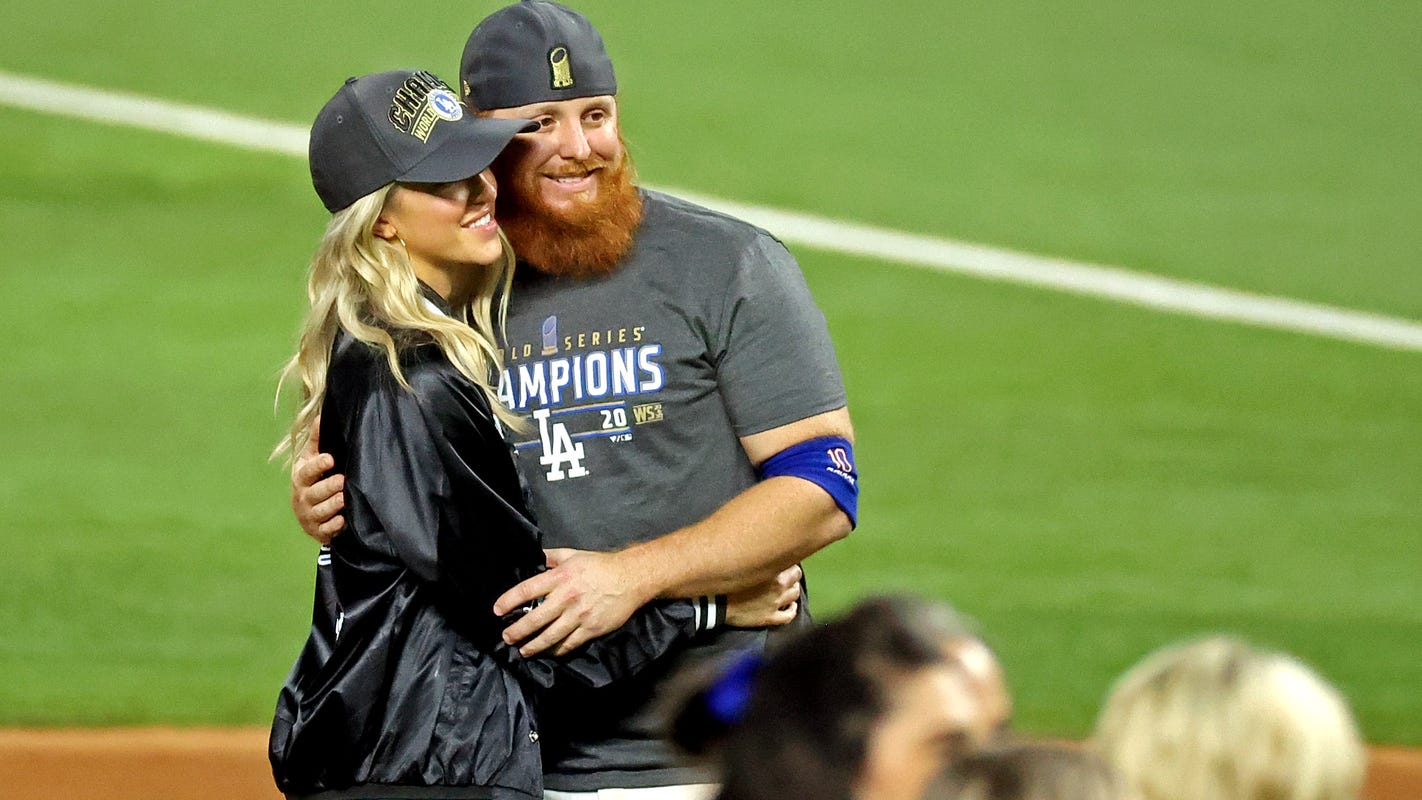 Dodgers' Justin Turner poses for photos without mask despite positive COVID-19 test