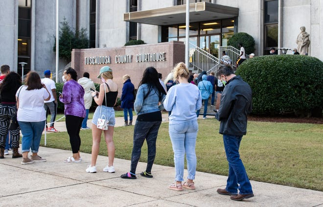Tuscaloosa County residents line up outside the Tuscaloosa County Courthouse on Oct. 29, 2020 to cast their absentee votes. [Photo/Hannah Saad]