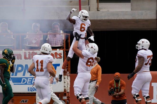 El receptor abierto de Texas Joshua Moore (6) celebra después de hacer una captura de touchdown durante el segundo cuarto contra Baylor en Darrell K Royal-Texas Memorial Stadium.
