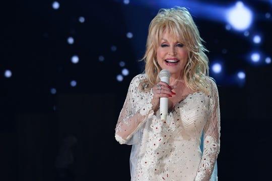 Penyanyi Dolly Parton tampil di atas panggung selama Penghargaan Grammy Tahunan ke-61 di Los Angeles pada 10 Februari 2019.