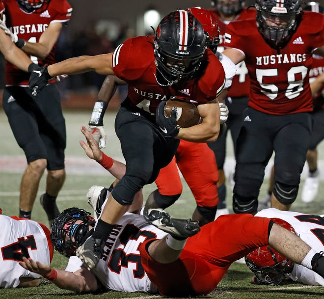 Shallowater's Major McCully (44) breaks away from Slaton's Tae Thompson (33) during a District 1-3A Division I game Friday, Oct. 30, 2020, at Todd Field in Shallowater.