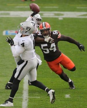 Browns defensive end Olivier Vernon pressures Las Vegas Raiders quarterback Derek Carr on Sunday in Cleveland.