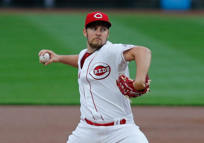 En esta foto, Shane Trevor Bauer de los Rojos de Cincinnati hace un lanzamiento durante un juego.