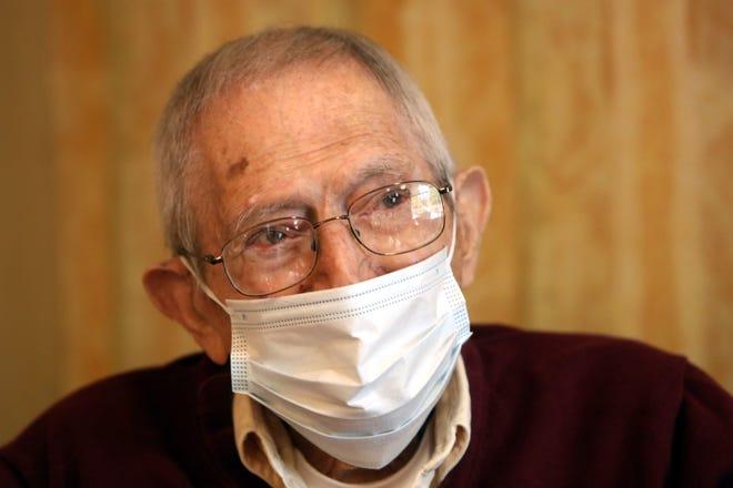 Veteran Amerika dan Perang Dunia II generasi pertama Frank Caruso, 99, berbicara tentang pengalaman hidupnya 2 November 2020 di fasilitas hidup yang dibantu The Fountains di Tuckahoe. Caruso akan berusia 100 tahun pada 19 November.