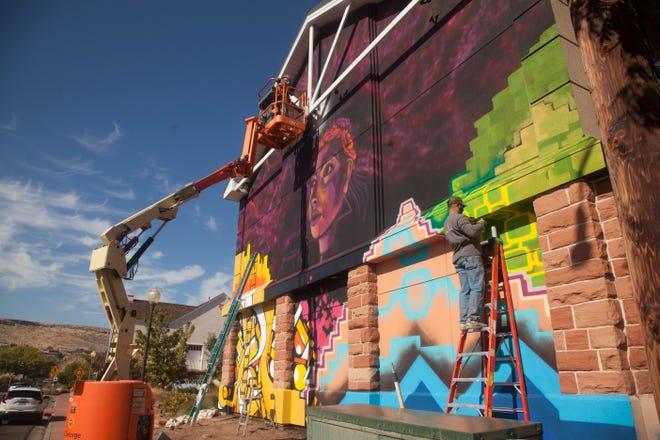 Dalam rangka memperingati 30 tahun Museum Seni St.George, seniman yang tinggal di Oakland melukis mural di dinding selatan museum pada Selasa, 3 November 2020.