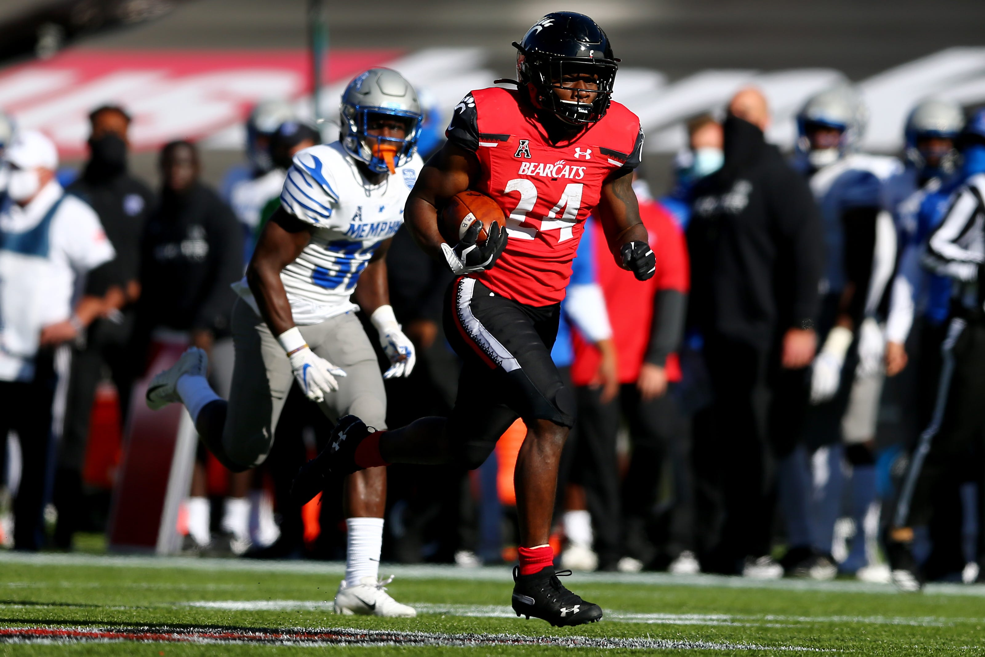 College Football Bowl Projections Cincinnati Moves Closer To Playoff