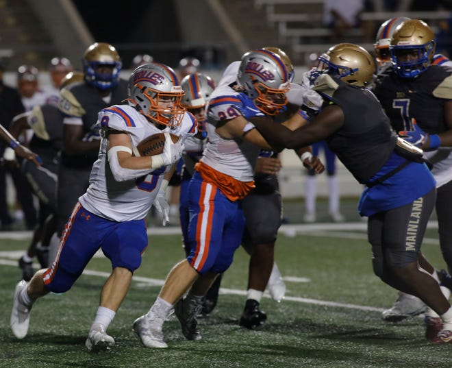 Bolles running back Kade Frew (8) looks for running room against Daytona Beach Mainland. The Bulldogs open the Class 4A regional playoffs at The Villages.