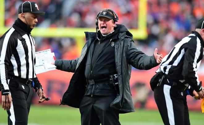 Huấn luyện viên trưởng của Oakland Raiders, Jon Gruden, phản ứng sau một quả phạt đền trong hiệp hai trận đấu với Denver Broncos tại Empower Field ở Mile High.