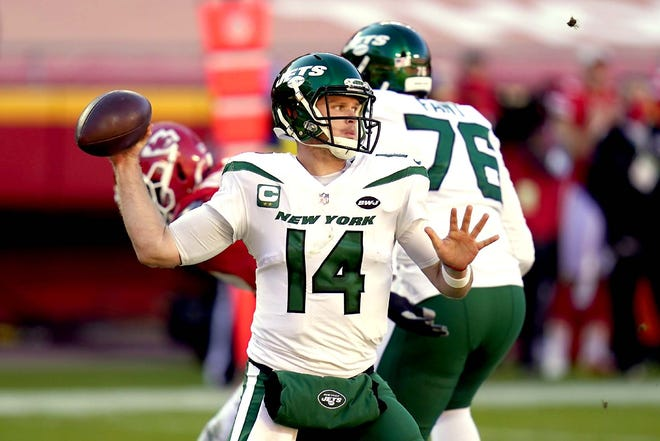 New York Jets quarterback Sam Darnold throws a pass during Sunday's game against the Kansas City Chiefs in Kansas City, Missouri.